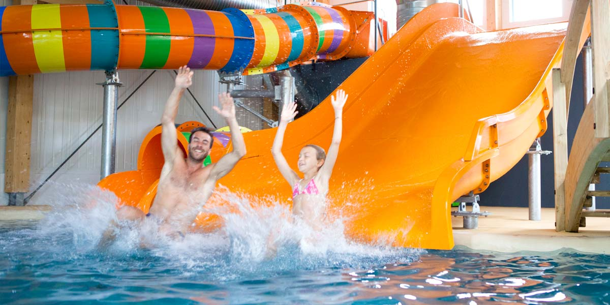 Aquatic slides in the covered and heated space of the aquatic park of the campsite Le Fief